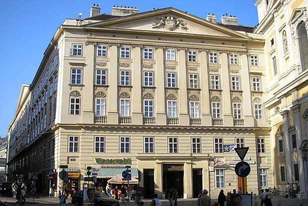 Wenen, overnachten in kloosters Schottenstift. Dit Benedictijnenklooster ligt midden in het centrum van Wenen en heeft grote kamers met moderne badkamers. Er is nog een Romaanse kapel met bidruimte en het klooster heeft een eigen museum met verschillende schilderijen.