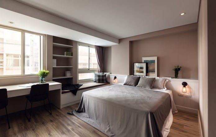 Дизайн кабинета в спальне у окна
