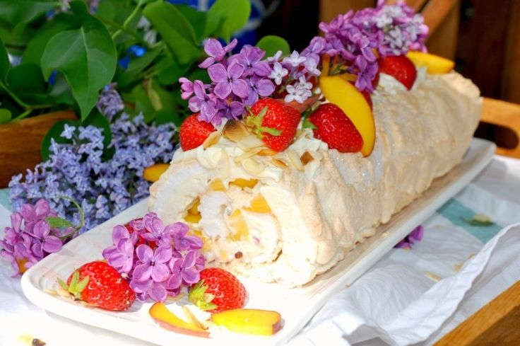 Marängrulle fylld med färsk frukt och bär. Den kallas ibland meringue roll, meringue roulade. Ta de frukter och bär du tycker bäst om.
