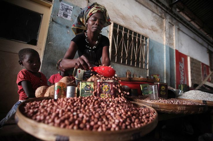 A woman selling beans at a local market in Chimoio, Mozambique. FAO project boosting agricultural production and market linkages for small-holder farmers to counter soaring food prices. ©FAO/Paballo Thekiso