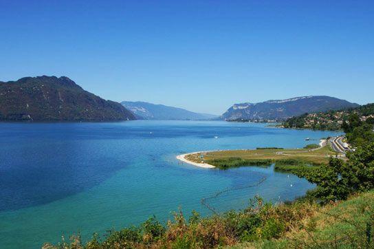 Lac du Bourget. En Savoie, au bord de la station d'Aix les bains, découvrez le plus grand lac naturel de France. D'origine glaciaire et mesurant 18 km de long, le Lac du Bourget est un vrai bonheur l'été pour les petits comme pour les grands. Avec ses eaux à 24°c – 26°c en été et ses 10 plages, c'est l'endroit rêvé pour se détendre en famille après une randonnée ou une balade en vélo, vous pourrez y pratiquer des activités diver
