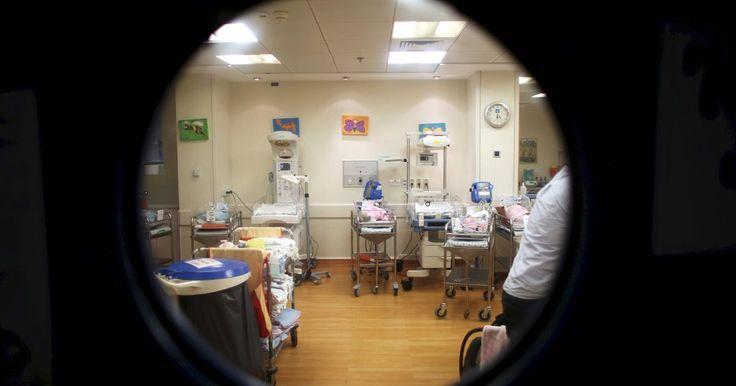 Českí poslanci schválili novelu zákona, ktorá počíta so zavedením platenej sedemdňovej dovolenky pre otcov novonarodených detí.