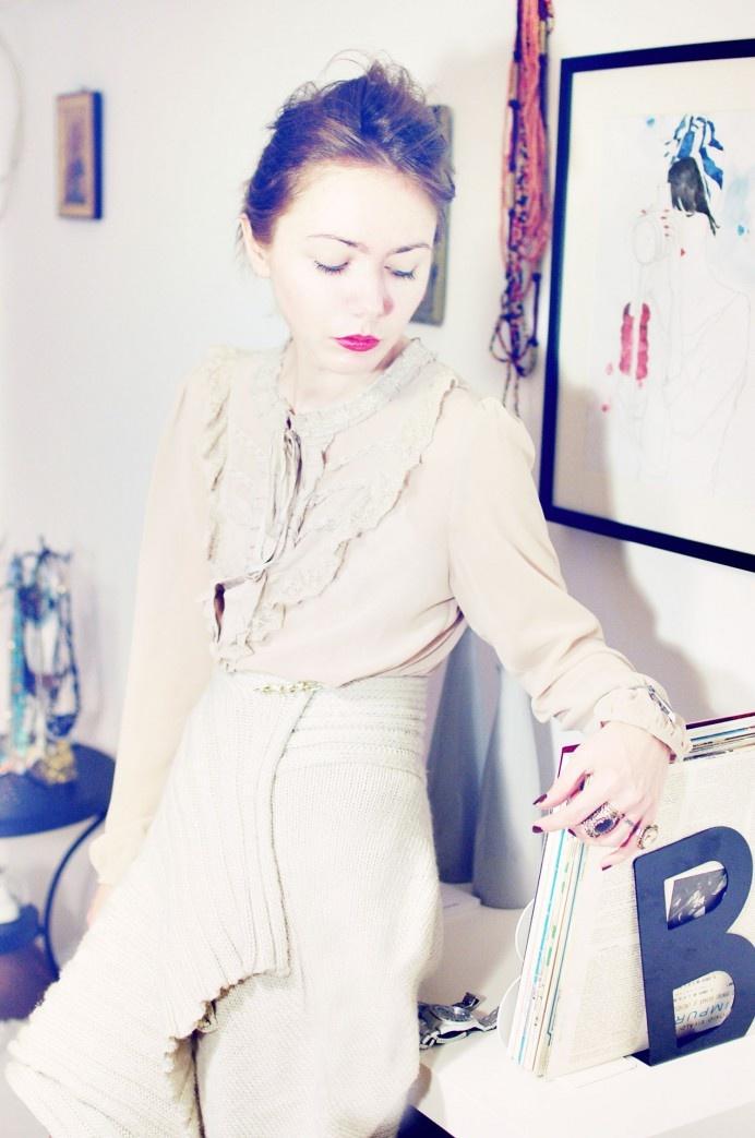 Dacă nu ai curaj să porţi un cardigan pe post de fustă, poartă bluzele vaporoase şi dantelate TinaR, ca Ioana, pentru un look romantic! Le găseşti pe http://www.tinar.ro/topuri/bluze.html.