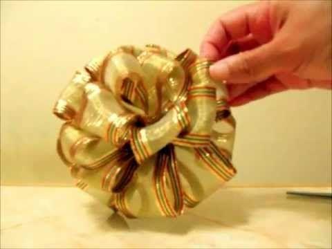 ▶ Manualidades Navideñas moño pon pon de 4 capas en cintas - YouTube