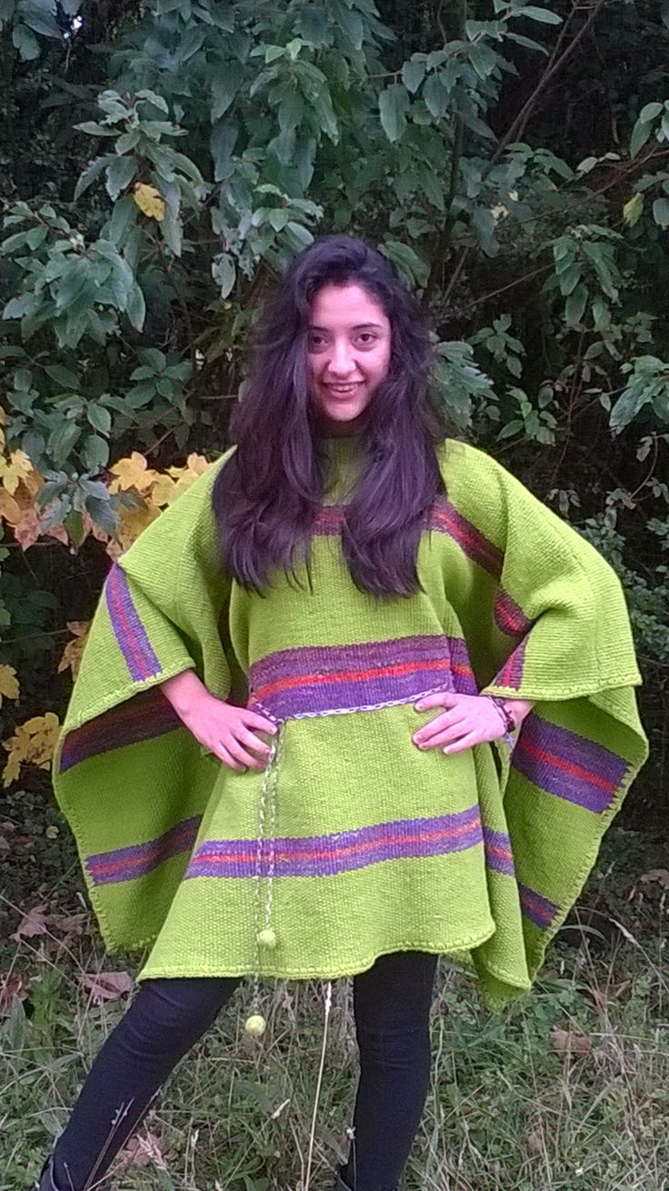 Poncho juvenil verde con franjas lila oscuro y naranja, confeccionada a mano, en telar mapuche y lana natural.