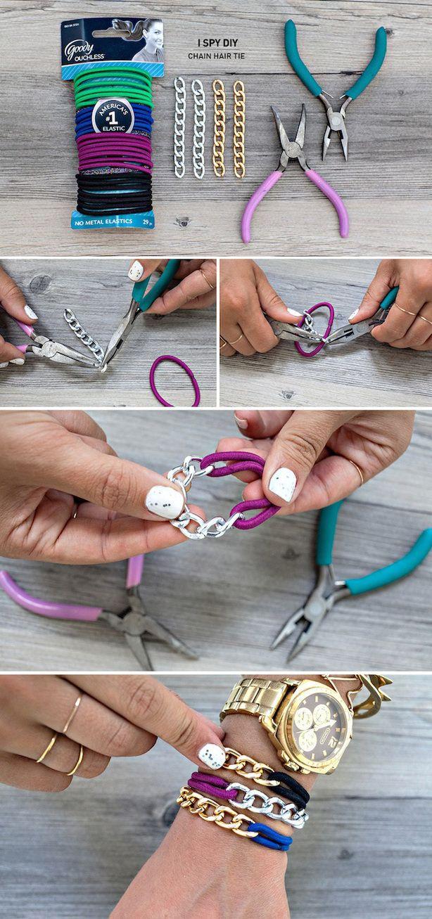 een armband van schakels en haarelastiekje, verrassend grappig om te zien.