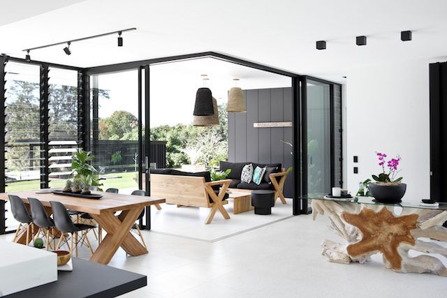 This incredible Noosa (Qld, Australia) property is the work of its owner Sarah Waller, an English designer and licensed builder. The glass walls take full advantage of the views.