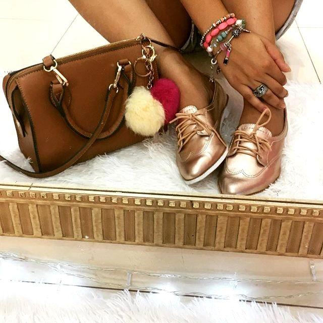 Diário da Moda: Look do dia: Vestido boneca + oxford + metalizado + oxford metaizado +  sapato metalizado + pom pom + berloques