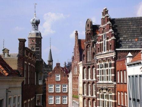 Historische daken in de binnenstad van Venlo met op de achtergrond het oude stadhuis.