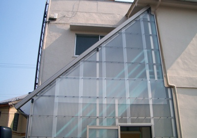 階段上テラス、面張仕様 波板 設置事例| アルミ階段・エクステリア製品 製造販売 森田アルミ工業