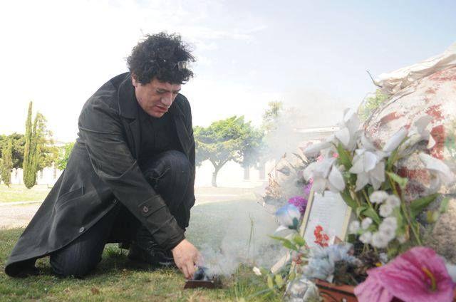 Pity Alvarez en la tumba de Luca