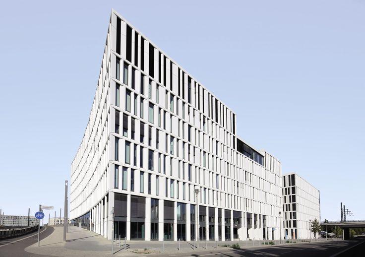 Der HumboldtHafenEins in Berlin besticht nicht nur durch seine außergewöhnliche Mäanderform sondern auch durch sein nachhaltiges Gebäudekonzept. Dafür erhielt das Gebäude von der Deutschen Gesellschaft für Nachhaltiges Bauen (DGNB) die Plakette in Platin. #Sonnenschutz #Raffstore #Jalousien #Architektur #Referenz