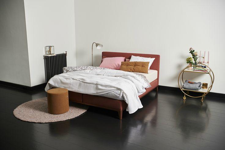 Boxspringbett Criade mit dem Kopfteil Plain: Der Blickfang in Ihrem Schlafzimmer. Wunderschönes Boxspringbett für Designliebhaber mit einzigartigem, auffälligen Aluminiumrahmen. Das Criade ist niedriger als ein traditionelles Boxspringbett und passt so zum Trend der zierlicheren Boxspringbetten. Ganz nach Wunsch mit stoffierter Matratze und Topper oder mit einfacher weißer Matratze.