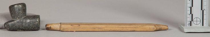 Женская трубка, Арапахо. Б. Длина 8 дюймов. Чёрный камень, короткий и плоский шток. Вайоминг. Коллекция Emile Granier, 1898 год. NMNH.