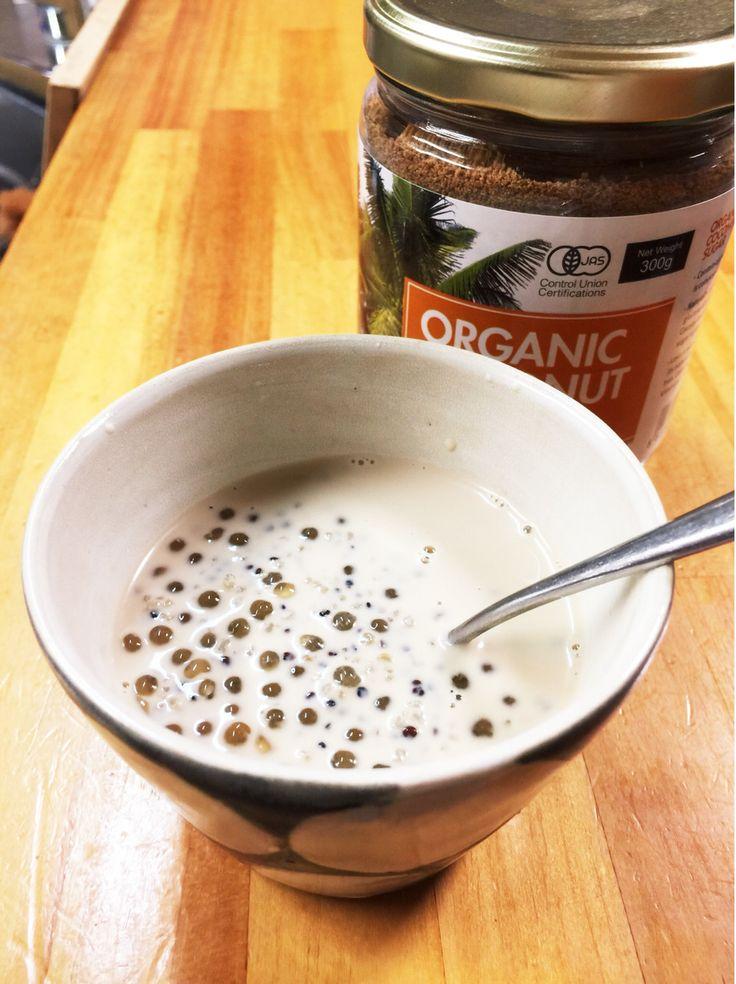 ベトナムのスイーツ、「チェー」  バリエーションの豊富なチェー。夏はフルーツたっぷりのアイスで。冬は豆類や餡を入れてホットに。お家でベトナム気分をどうぞ。 ヒトリシズカ   材料 タピオカ 適量 キヌア(茹でて真空パックになったもの) 1袋 ココナッツミルク 200ml ココナッツシュガー(上白糖もよい) 適量 作り方 1 【タピオカを茹でる】 鍋にたっぷりの水を入れ、沸騰したらタピオカを入れます。 2  火は強火でなくても大丈夫。タピオカが鍋の中で踊る感じで。 透明になったらザルにあけて、軽く洗います。 3 【具材を1つに】 鍋にキヌア、タピオカ、ココナッツミルクを入れて、軽く煮立たせます。 4  【仕上げ】 ココナッツシュガーで味をととのえて出来上がり。 コツ・ポイント ココナッツシュガーを入れると茶色くなります。白いままがよかったら「3」で終わってもいいし、上白糖にかえてもOK。もちろん、お好みなので「入れない」というのもアリです。 レシピの生い立ち…