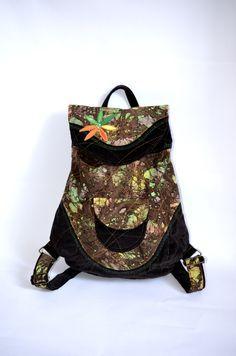 RIGBYbag+no.+20+Černý+manšestrový+batůžek+v+kombinaci+se+zelenou+batikou+je+ideálním+módní+doplňkem+určený+pro+volný+styl+a+Vaše+městské+pochůzky.+Uvnitř+batůžku+je+podšívka,+menší+uzavíratelná+kapsička+na+zip.+Celý+batůžek+lze+stáhnout+šnůrkou+a+uzavřít+na+knoflík+(který+je+rafinovaně+schovaný+pod+klopou+batůžku).+Do+batůžku+se+vlezou+všechny+Vaše+...