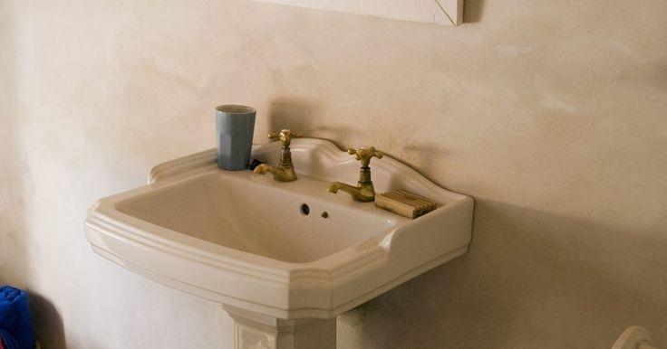 Cómo instalar lavabos de pedestal en pisos de concreto. Si estás buscando una manera fácil de agregar estilo a un cuarto de baño en tu casa, instala un lavabo de pedestal. Estos lavabos se pueden montar en cualquier tipo de suelo en el baño, incluso hormigón. Es útil tener un taladro eléctrico durante este procedimiento para poder ayudarte a través de las paredes de concreto y tejas para la instalación ...