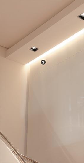 3- Ao lado da escada, a persiana automatizada tem o mecanismo escondido numa caixa de gesso rebaixada. Ali, voltado para a persiana, um rasgo oculta lâmpadas xenon (La Lampe), que emitem uma luz suave e geral