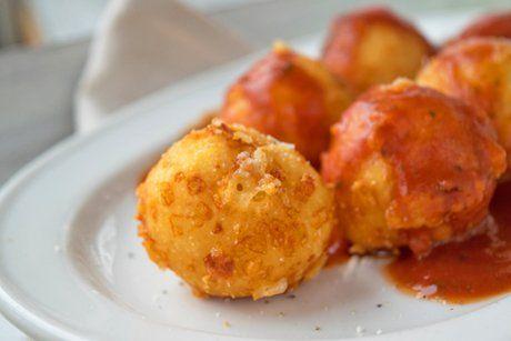 Diese Käsebällchen sind eine köstliche Beilage oder ein kleiner Snack auf grünem Salat serviert. Für dieses Rezept verwenden sie kräftigen Käse.