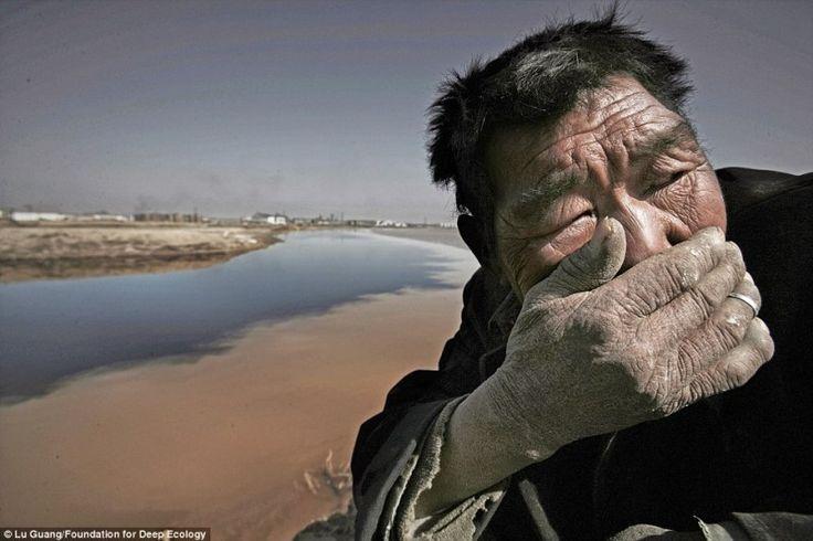 Mongol férfi, aki próbálja kizárni a Sárga folyó bűzét ( a víz százszor szennyezetettebb, mint ami megengedett)