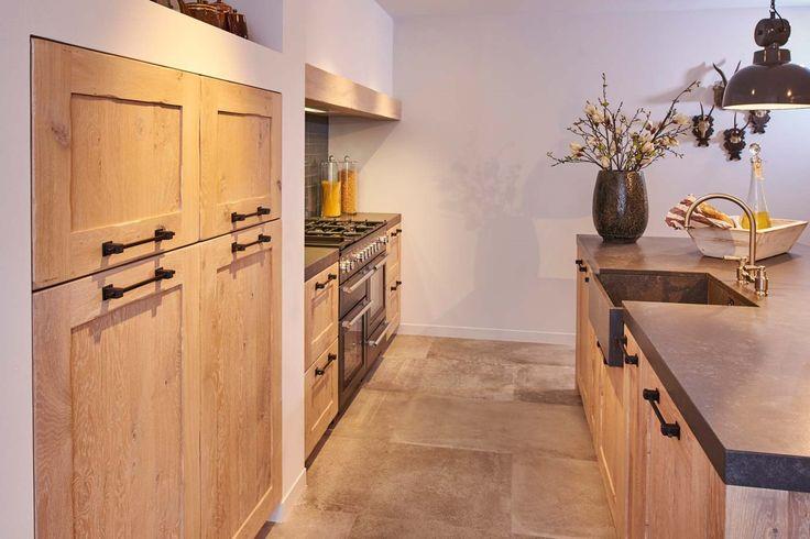 Houten keuken met veel ruimte