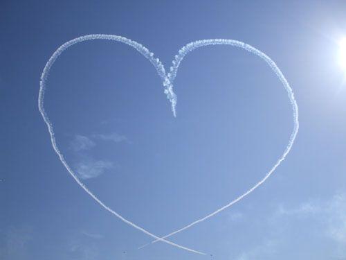 「バーティカルキューピッド」という名のブルーインパルスのアクロバット飛行