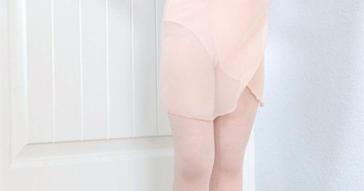 Como fazer uma saia envelope de balé. Seja para completar o uniforme de bailarina ou para compor um conjunto prático para usar no estúdio de dança, a saia envelope de balé é a pedida certa. Usada sobre uma malha e meias, esta saia é bem fácil de fazer, necessitando apenas de habilidades básicas de costura. Com um pedaço de chiffon e uma fita, você pode começar a fazer piruetas por aí.