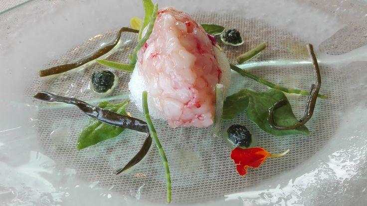 La Peca Gelo di acqua tonica, lime e profumo di gin con tartare di scampi, gamberi rossi e canoce