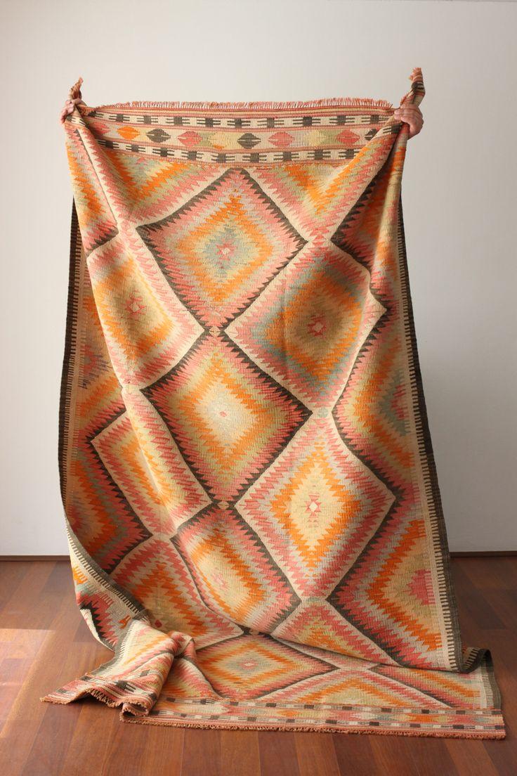 Disponible! Kilim turco de aprox 50 años de antigüedad. Tenemos este y muchos más. Te esperamos en nuestro showroom!