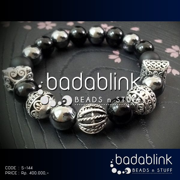 Black onyx and hematite bracelet with silver tone metal beads | Material: natural stones and metal | Length: 18-22 cm/7-9 inches   | Inquiries: facebook.com/badablink    | Line: badablink    | Email: hello@thebadablink.com
