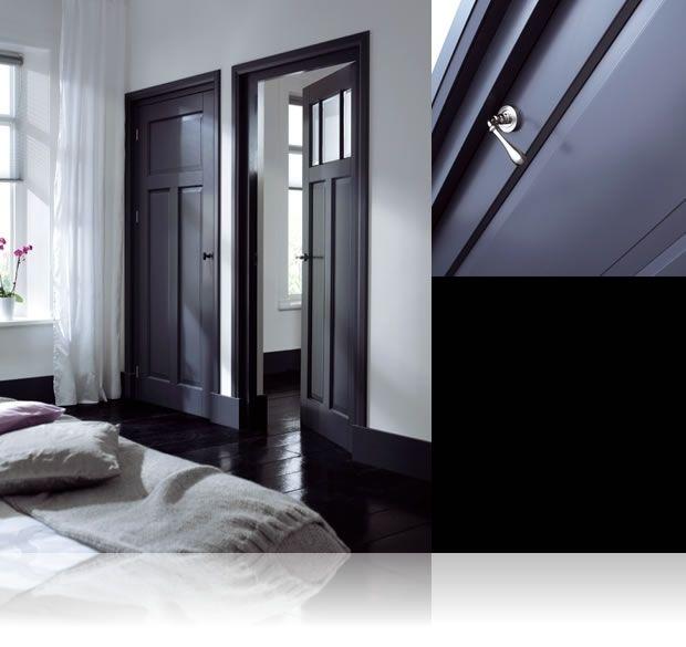 donkere deuren met architraven