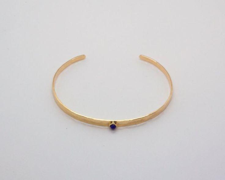 Bracelet Tia | Tia bracelet  Jonc plaqué or martelé avec incrustations pierre bleue.     Hammered gold plated bangle with blue gemstone.   #bijoux #jewels #bracelet #bangle #handmade #gold #blue