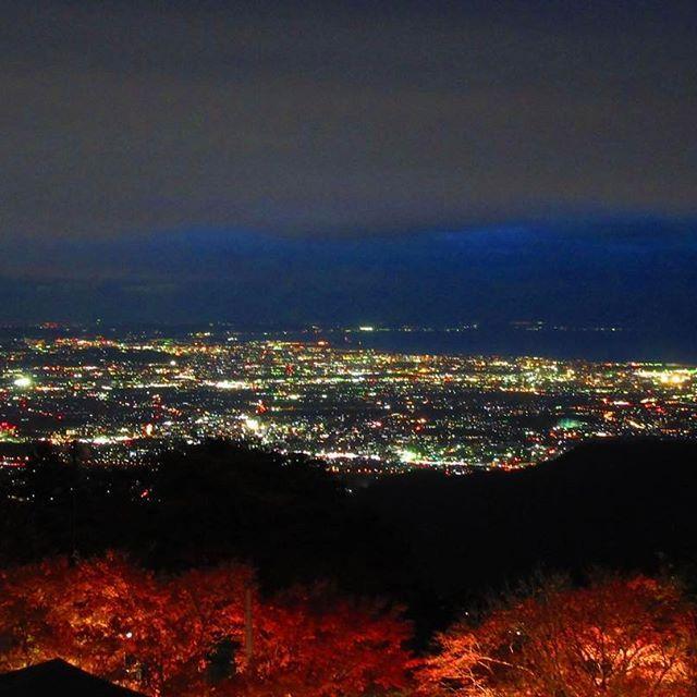 Instagram【tozan_toshimin1043】さんの写真をピンしています。 《* 登山行けないのでデジカメpic * * 大山阿夫利神社下社からの夜景。 * * 紅葉の時期に行きました٩( ╹▿╹ )۶ * * 富士山も好きだけど夜景も好き(๑•̀ㅂ•́)و✧ * * 星空撮影したいから * * 一眼欲しい……。。。(lll __ __)バタッ * * #大山#阿夫利神社下社#夜景#紅葉#山岳芸人登山部#夜景ら部#登山女子#山女#登山好きな人と繋がりたい》