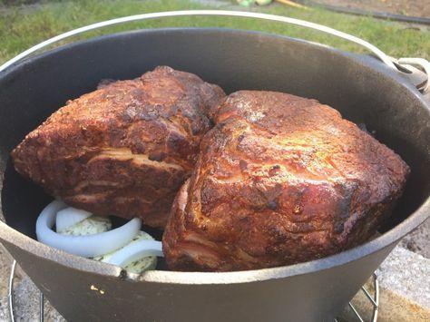 Ein Pulled Pork ist immer eine leckere Angelegenheit. Leider dauert die Zubereitung meist seeeeehr lange (14 - 20 Stunden). Eine super Alternative ist es das Pullet Pork bzw. den Schweinenacken in einem Dutch Oven zu zubereiten. Ein Dutch Oven ist ein gusseiserner Topf mit Deckel, der einfach mit Kohlebriketts belegt wird. Es besteht auch die Möglichkeit Diesen auf einem Gasgrill zu stellen. Hierfür eignet sich das System GBS von Weber hervorragend, da hier im Grillrost eine runde Aussparung…
