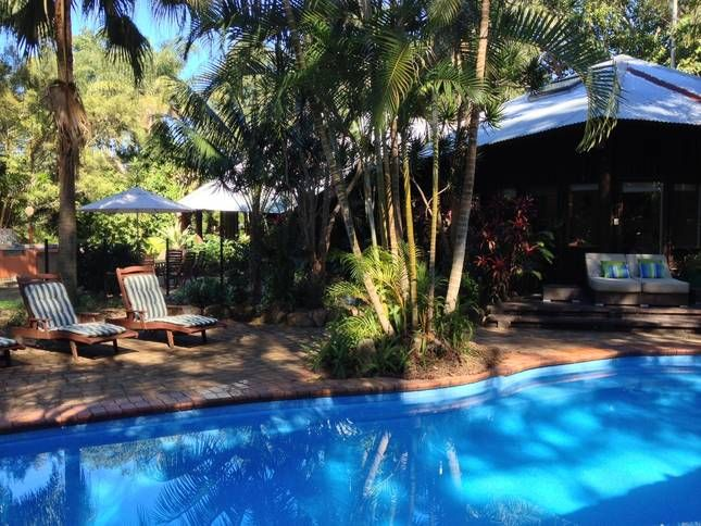 Byron Retreat : charming folly. It comprises two, two-storey pavilions that are linked by a light-filled atrium. Owners welcome kids. Cubby to play in. Gorgeous subtropical garden.