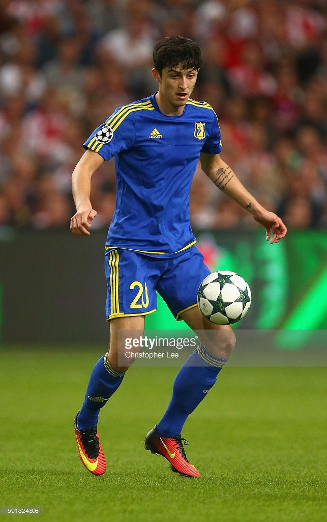 sardar-azmoun-of-rostov-in-action-during-the-uefa-champions-league-picture-id591324806 (643×1024)