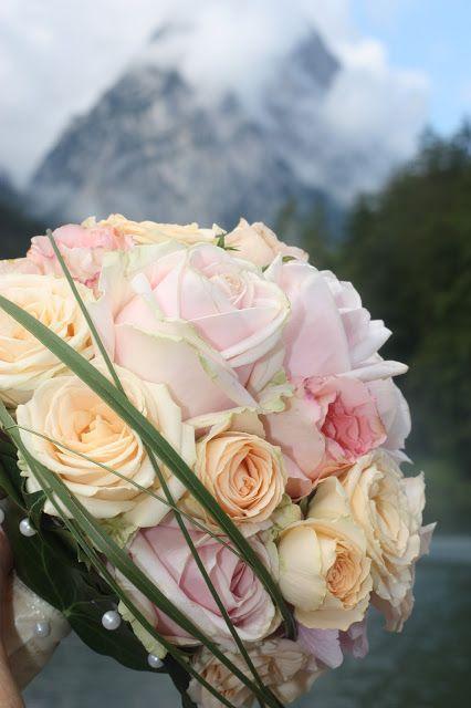 Sommerbrautstrauß in Rosé, Apricot, Pfirsich - Vintage-Hochzeit im Sommer im Riessersee Hotel Garmisch-Partenkirchen, Bayern - Vintage wedding in Germany, Bavaria, lake & mountains