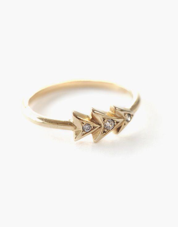 Bague Chevron en or Atelier L.A.F 650.00 $   Cette bague chevron en or 14K, conçue et créée à Montréal, habillera votre doigt avec élégance par ses jolis diamants clairs.  Les bijoux sont conçus et créés à Montréal, Canada.  Découvrez d'autres produits de l'Atelier L.A.F