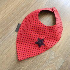 "Bavoir bandana réversible rouge et bleu ""étoile"""