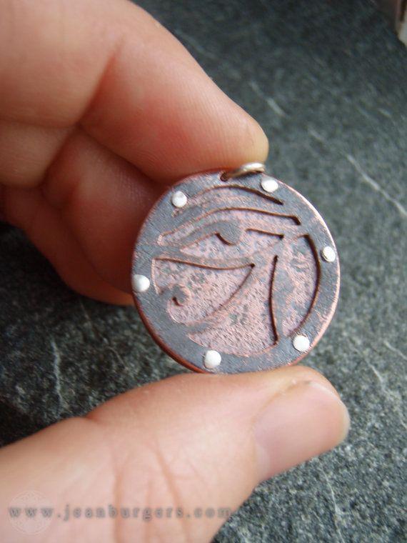 Deze hanger is een van een serie unieke werken die ik heb gemaakt beeltenis van Egyptische symbolen. Ik handcut deze geoxideerde koperen oog van ra symbool met behulp van een kleine zaagblad. De koper komt uit een antieke bassin. Ik geklonken het naar een andere laag van geoxideerde koper, met behulp van sterling zilver klinknagels.  Deze tegenhanger is 2.5cm in diameter, met een ketting 45cm geoxideerd zilver. Voel je vrij om een verschillende ketenlengte Selecteer, indien gewenst, en om te…