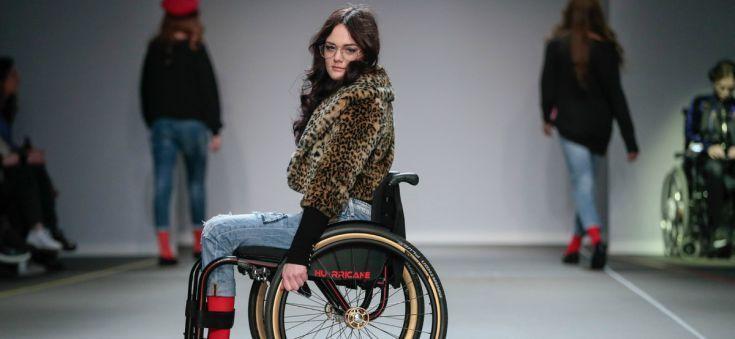 SUE hult rolstoelgebruikers in denim looks met een Franse touch
