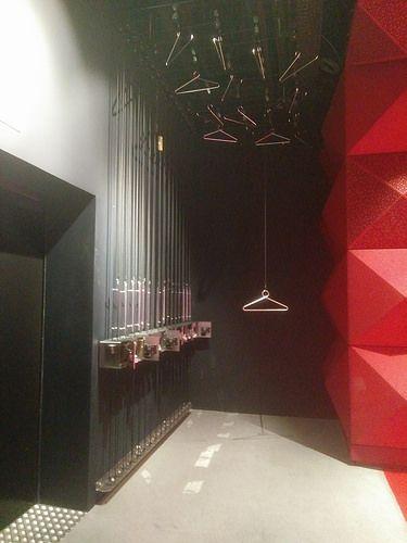 Garderobe på Rockmuseet. Superfin idé for museer med lidt plads og højt til loftet. Frakker og jakker hejses op under loftet.