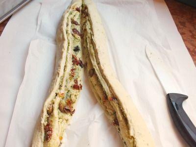 La torta rustica farcita è una golosissima torta salata preparata con un impasto lievitato e poi riccamente farcito. È morbidissima e molto alta