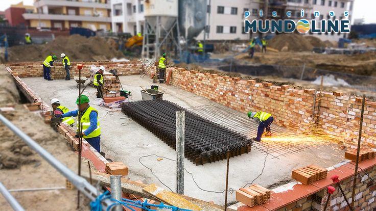 Construcción de piscina comunitaria en promoción de viviendas en Sanlúcar de Bda. Constructora de las viviendas AVINTIA. Construcción de la piscina GRUPO MUNDOLINE.
