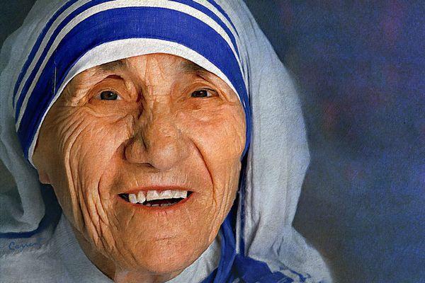5 september: St. Moeder Teresa (1910-1997), geboren Agnes Gonxha Boaxhiu in Skopje, Macedonië. Stichteres Missionarissen van de Naastenliefde, werkzaam in sloppenwijken van Calcutta (Kolkota), India. Engel van de Sloppenwijken. Nobelprijswinnaar voor de Vrede in 1979. Opende meisjesscholen en ontfermde zich over daklozen, zwerfkinderen en stervenden op straat. Heilig verklaard in 2016.