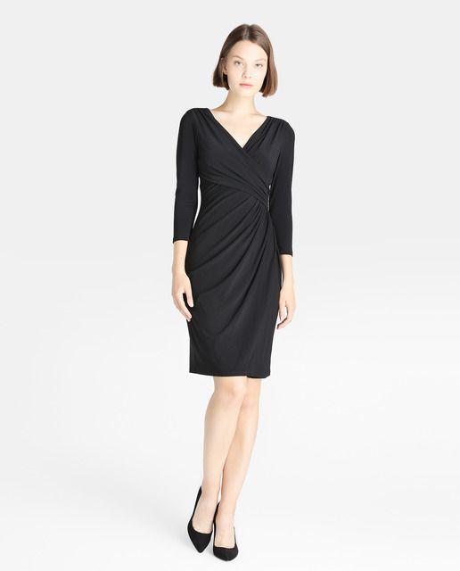 Vestido corto en color negro, con manga francesa, escote de pico cruzado y drapeado en la cintura.