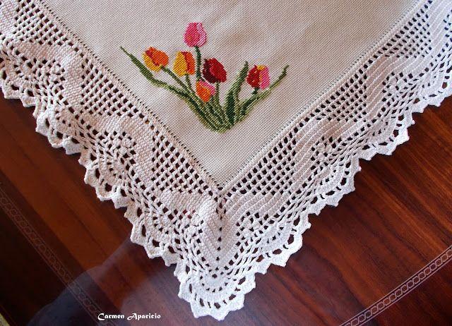 Tapetel de mesa con tulipanes a punto de cruz y ganchillo