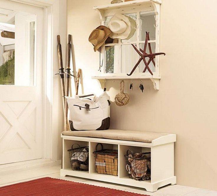 banc d'entrée blanc avec des paniers, miroir vintage et patères