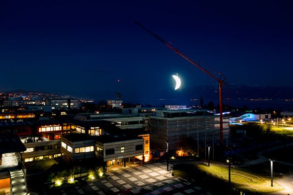 SpY hangs an enormous lit-up moon from a crane in Lausanne http://restreet.altervista.org/spy-dissemina-le-sue-provocazioni-in-piazze-e-strade/