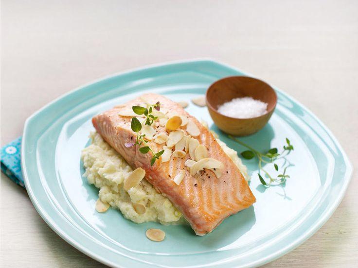 Stekt laks med blomkålpuré og ristede mandler - En rask og familievennlig fiskerett som kan lages med alle typer fisk!
